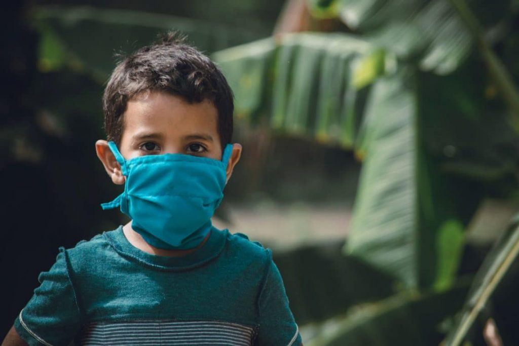 Imagen de un niño con mascarilla |Padres Millennials