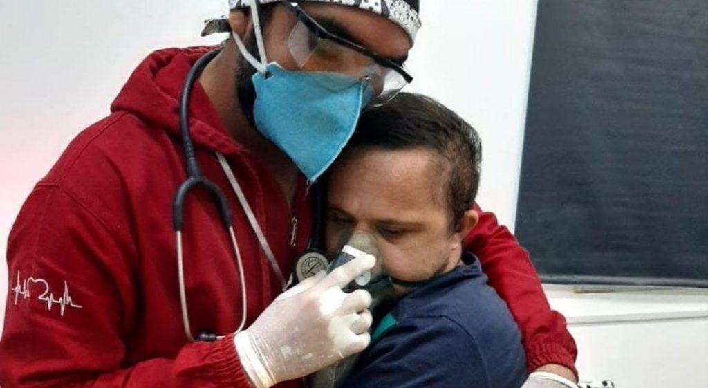 El enfermero abrazando al paciente | Facebook Centro de Apoio Geriátrico