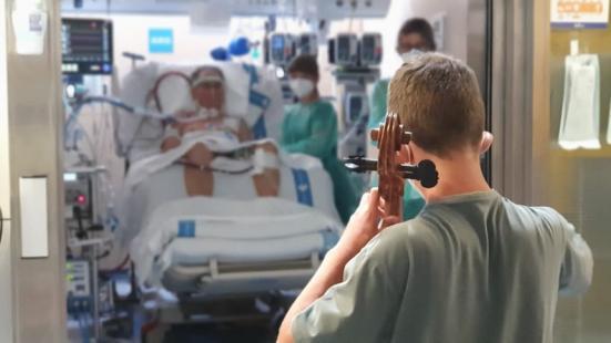 Pau dando su concierto con el violonchelo | Foto: Hospital Val d´Hebron