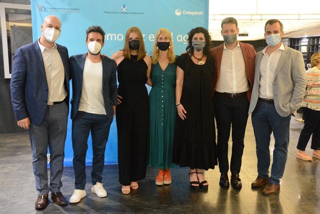 Las protagonistas del corto 'como pez en el agua' acompañadas por Raúl Peña,  algunos miembros del CGE y Coloplast   CGE