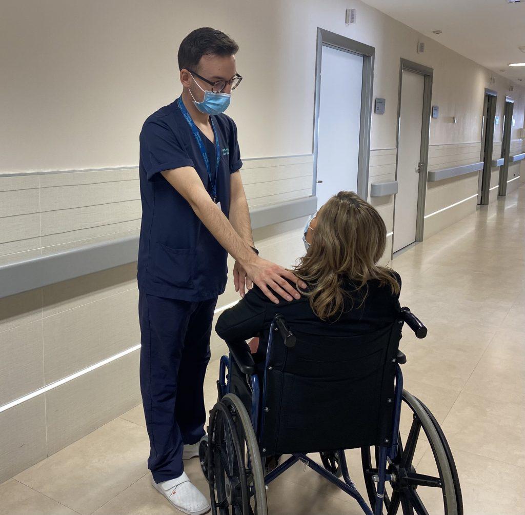 Alberto Martín Ibáñez con una de las pacientes