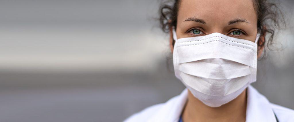 Profesional sanitario llevando mascarilla | iStock.