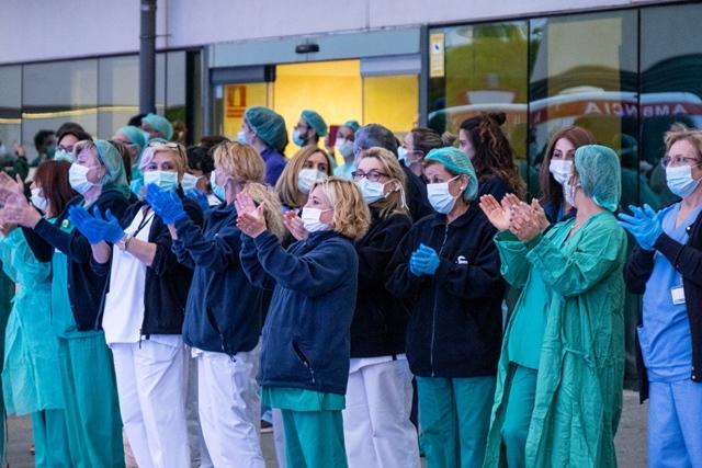 Aplauso tributo a los profesionales sanitarios | iStock