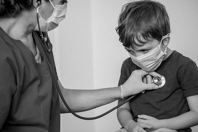 Enfermera con niño | iStock