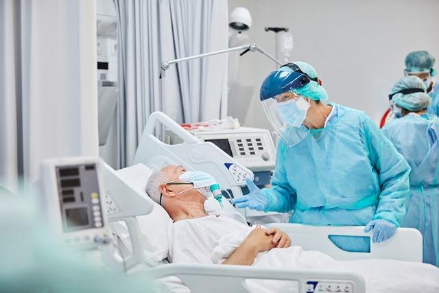 Profesional sanitario con paciente con COVID-19 | iStock