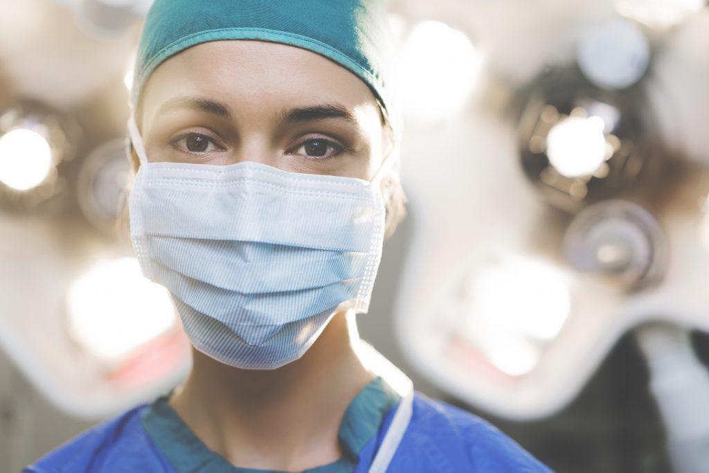 Profesional sanitaria con mascarilla |iStock