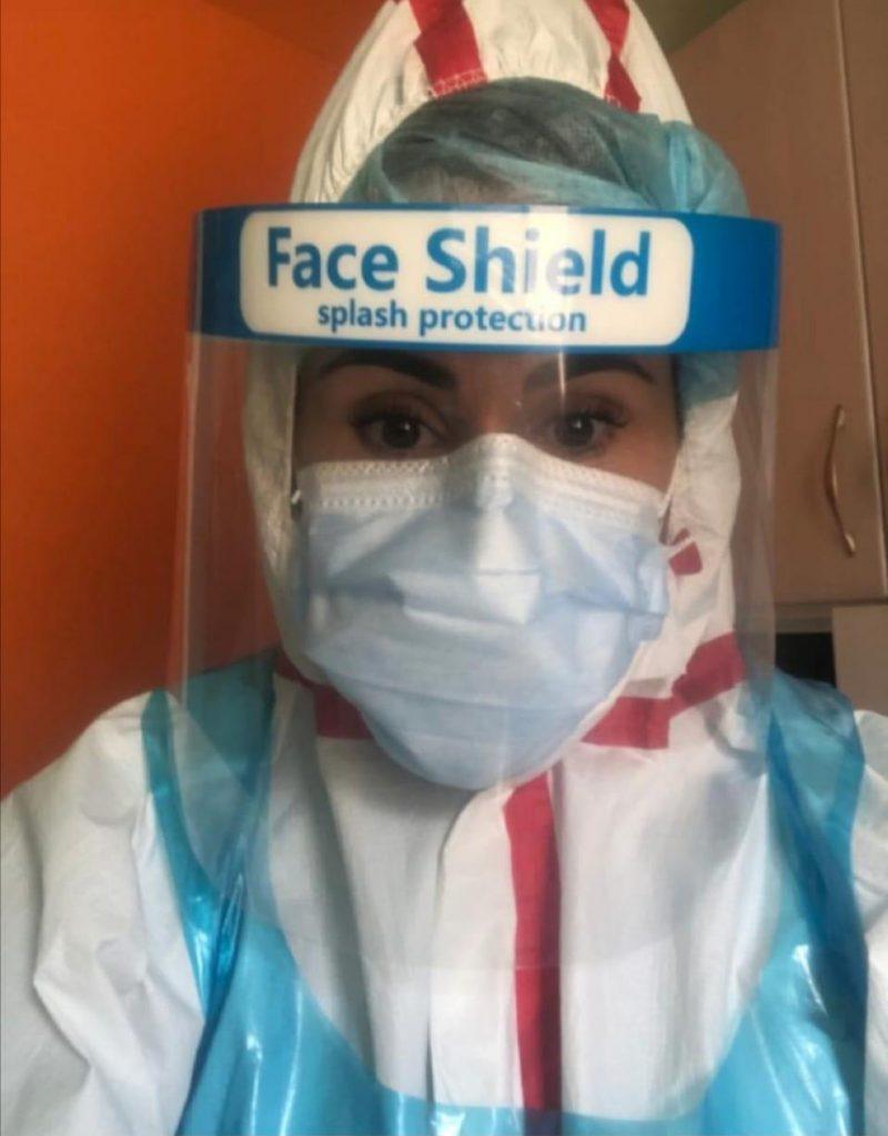María Baz, enfermera del Hospital Virgen de la Concha, con el EPI