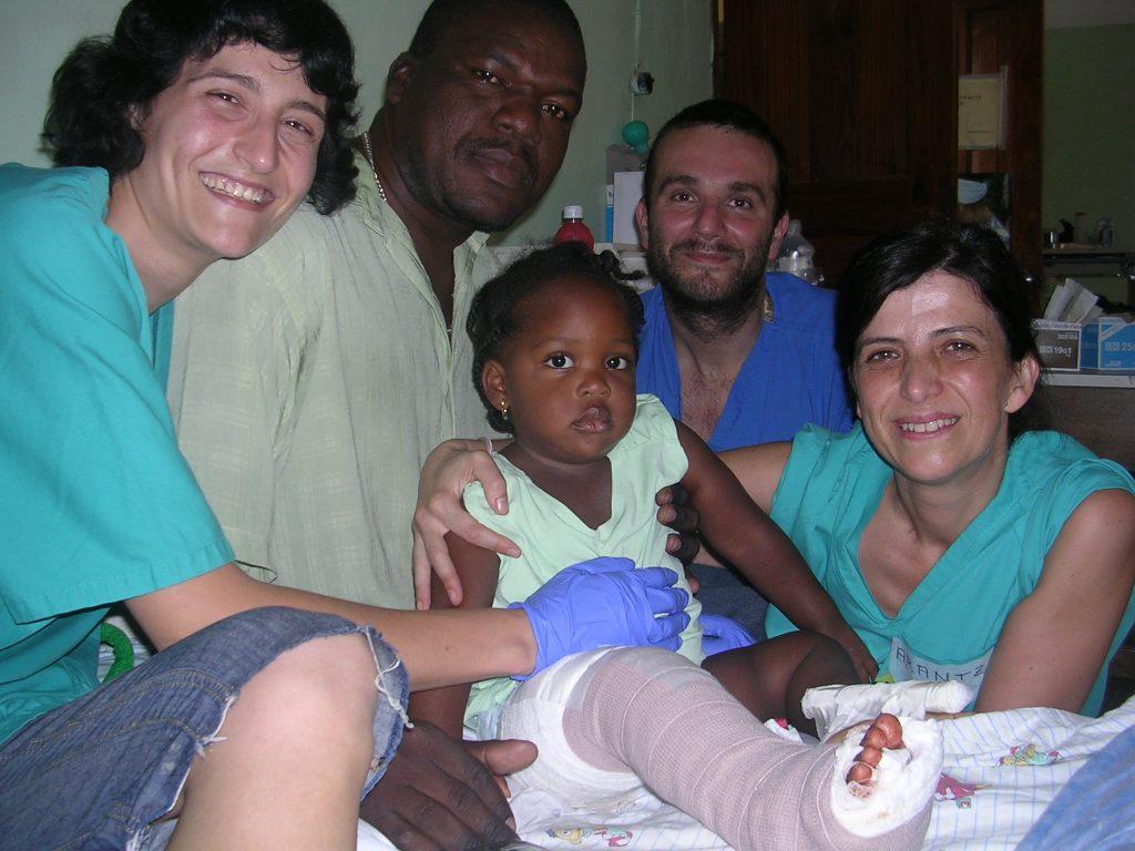 Mikel con alguno de sus compañeros en Haití